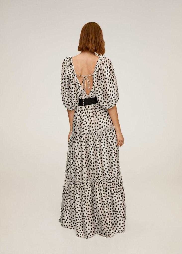 Длинное платье с открытой спиной.