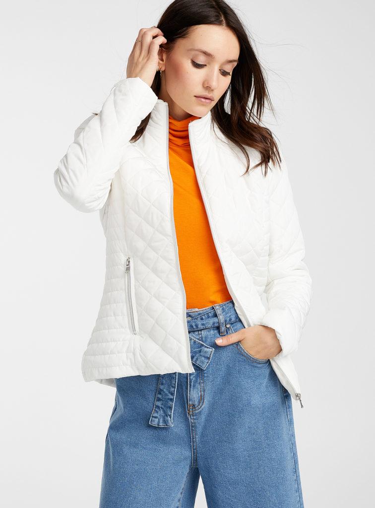 Белая куртка.