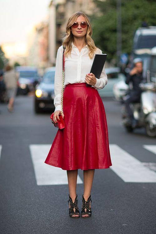 Красная расклешённая юбка.