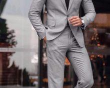 Серый однобортный пиджак.