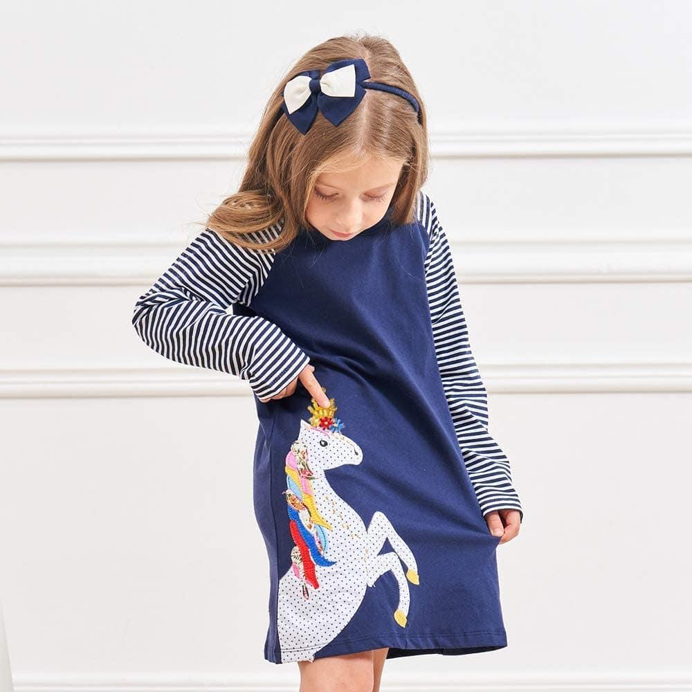 Синее платье с аппликацией и принтом.