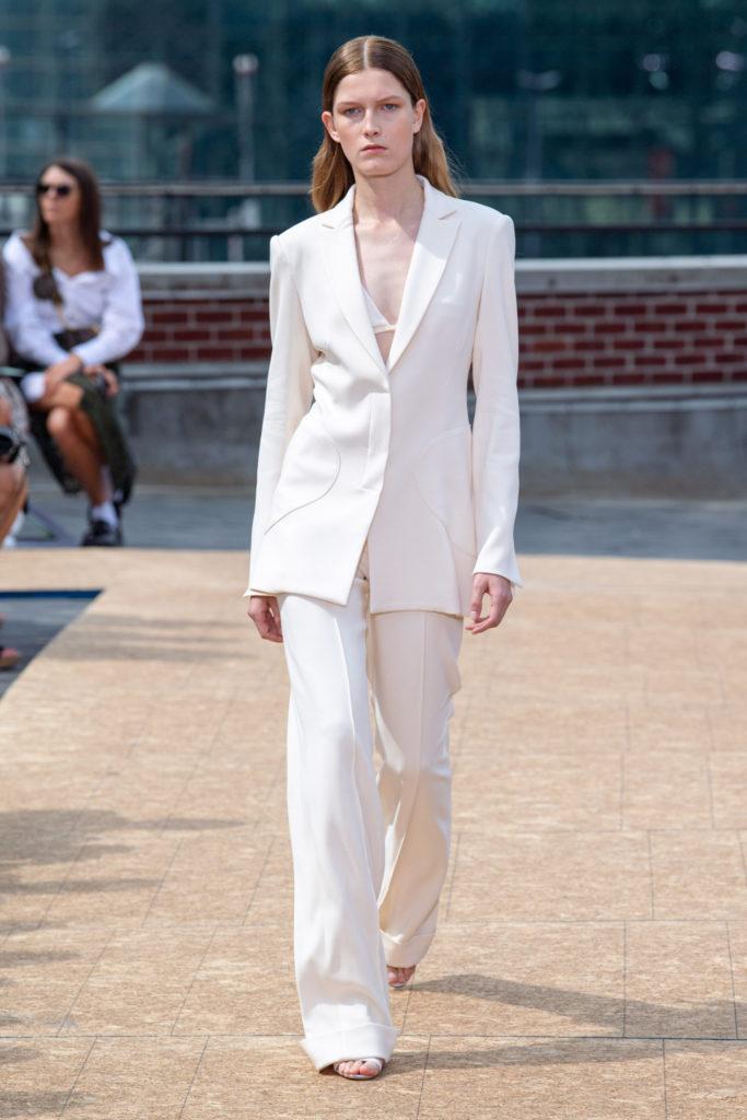 Белый костюм.