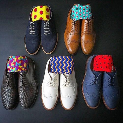 Сочетания цветных носков с обувью.
