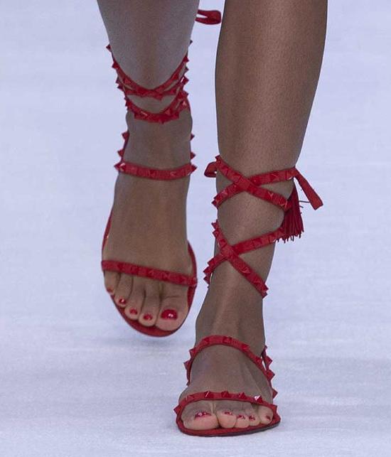 Обувь с завязками.