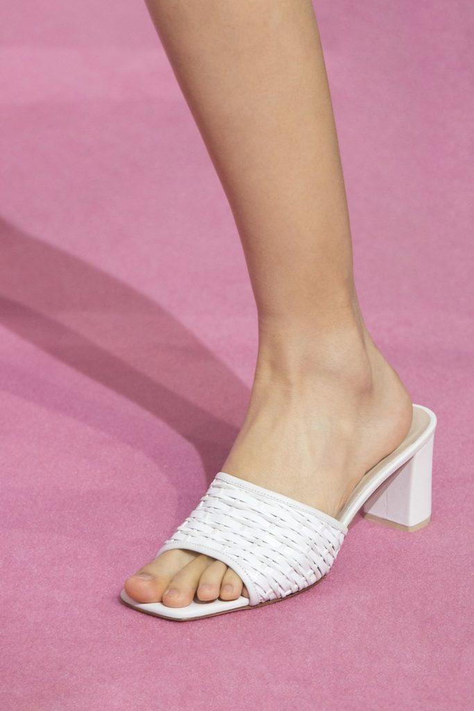 Открытая белая обувь.