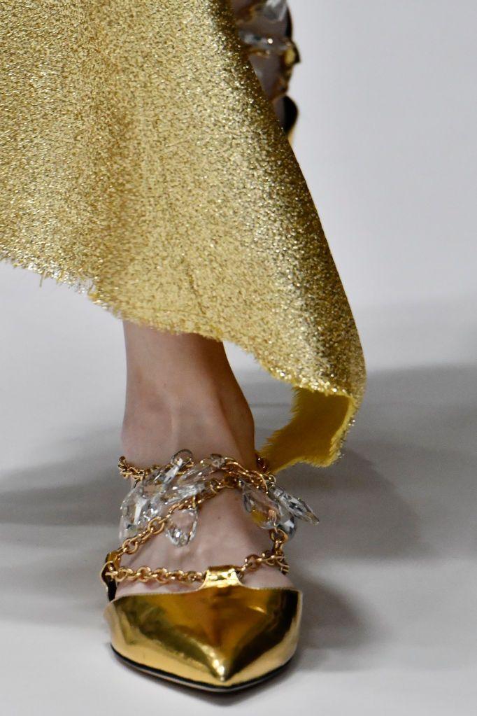 Обувь с золотыми цепочками.