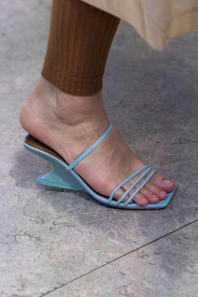 Голубая обувь.