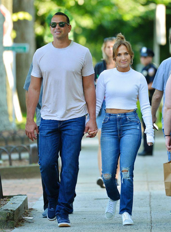 Дженнифер Лопес в джинсах.