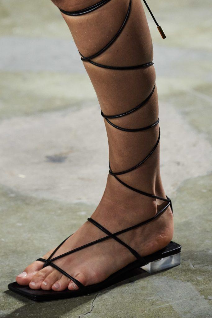Обувь с завязками на плоской подошве.