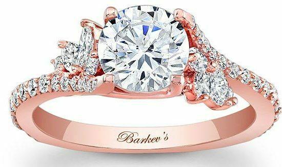 Кольцо с россыпью камней.