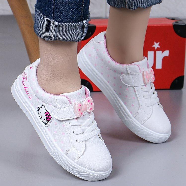 Белые кроссовки с принтом.