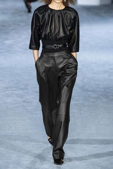 Широкие чёрные кожаные брюки.
