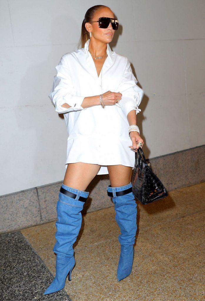 Дженнифер в джинсовых сапогах.