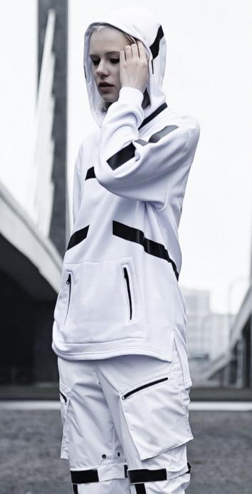 Чёрно-белый костюм.