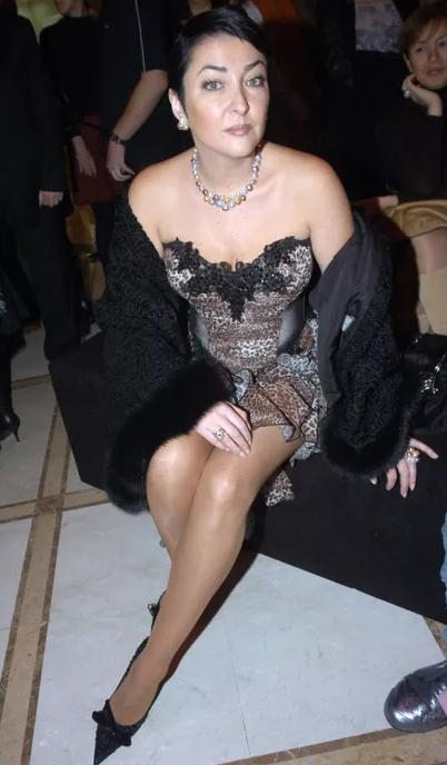Лолита в коротком платье.