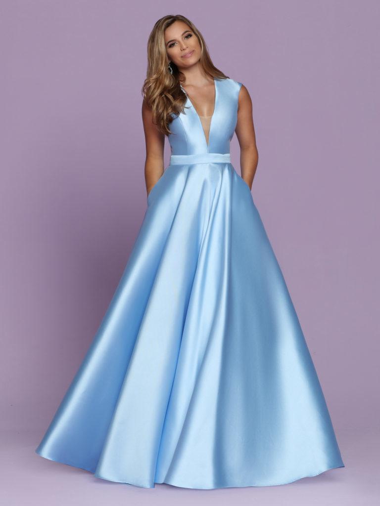 Голубое платье А-силуэта.