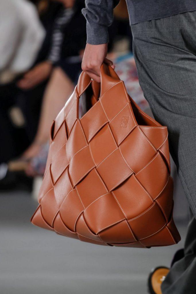 Большая сумка из плетёной кожи.
