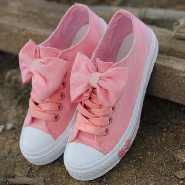 Розовые кроссовки с бантами.