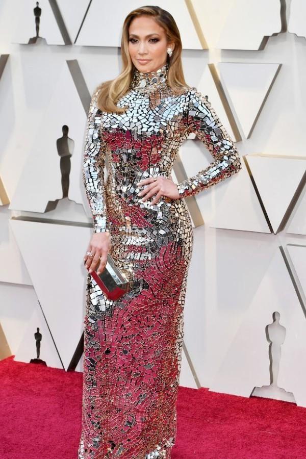 Дженнифер Лопес в серебристом платье.