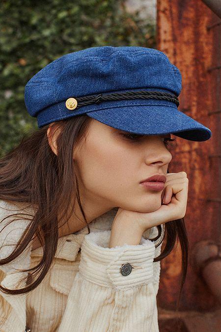 Синяя кепка.