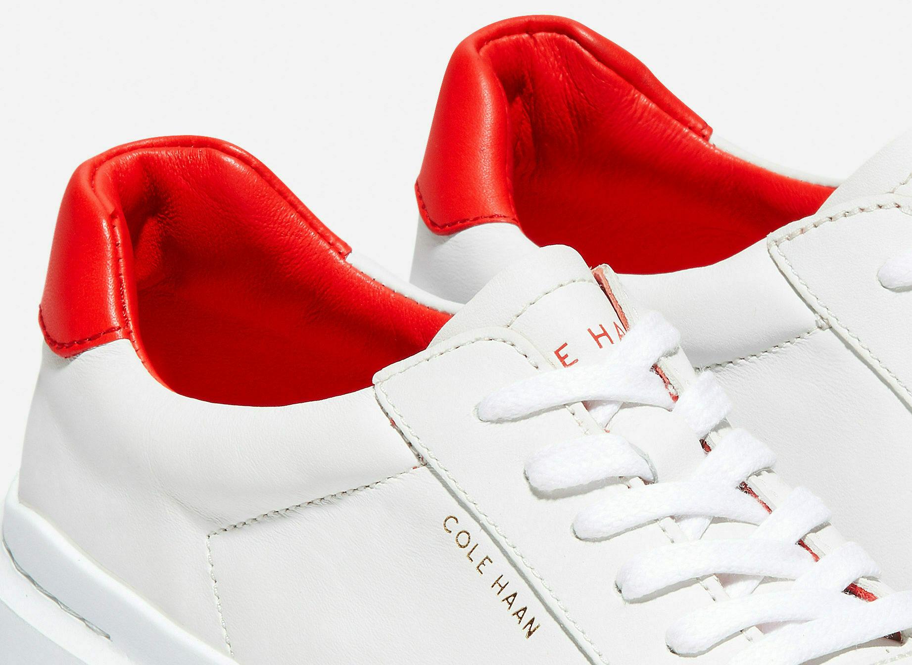Белые кроссовки с красным задником.