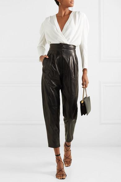 Кожаные брюки с блузкой.
