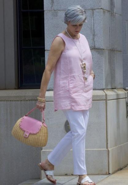 женщина в розовой блузе
