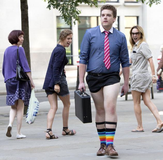 смешная картинка парень в шортах в городе