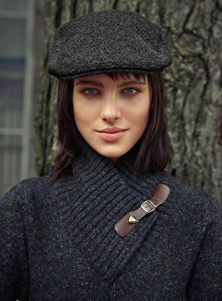 Плоская широкая кепка.