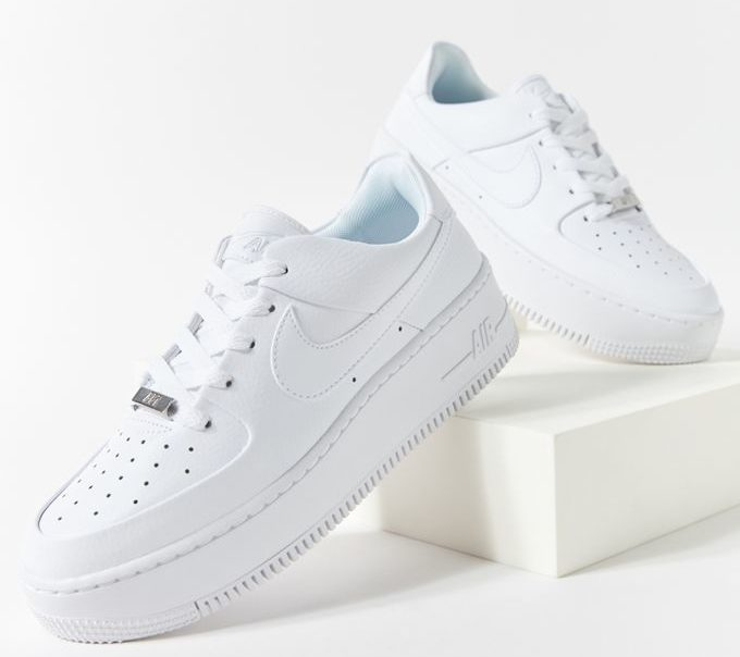 Белые кроссовки для подростка.