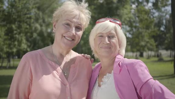 пожилые женщины в розовом