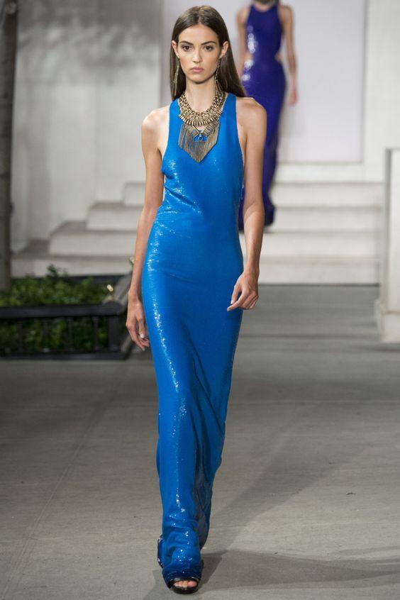 Блестящее синее платье.