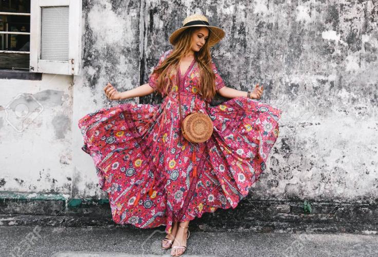 платье и соломенная сумочка