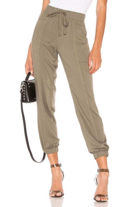 светлые брюки капри