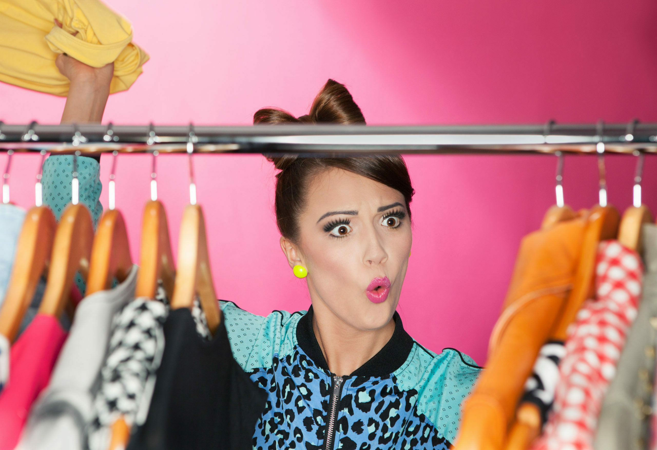 женщина одевает подростковую одежду
