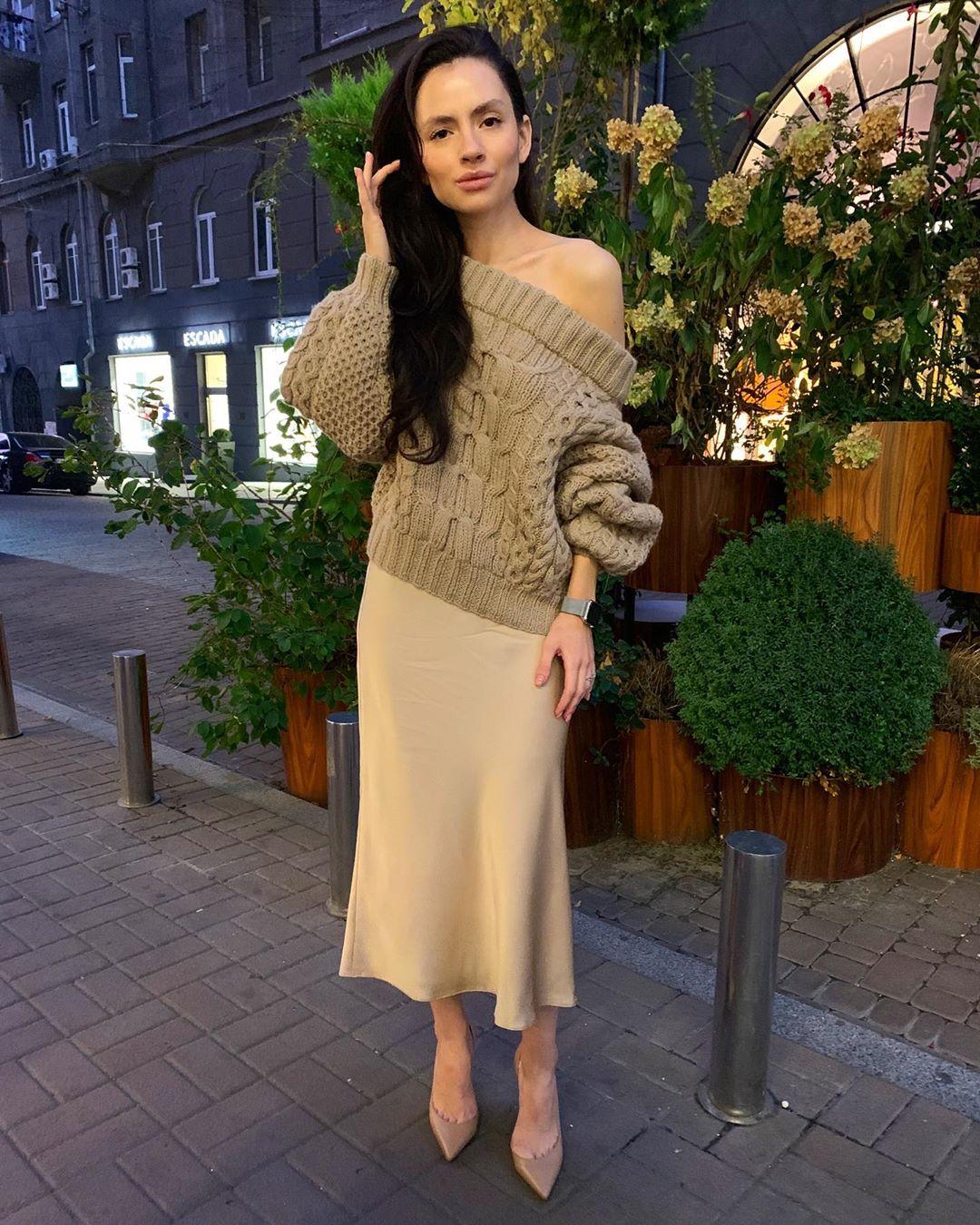 Атласная юбка миди с оверсайз свитером