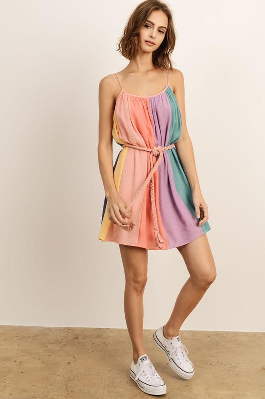 Девушка в платье с поясом-верёвкой