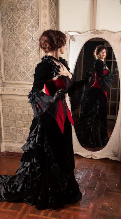 Длинное платье в готическом стиле.