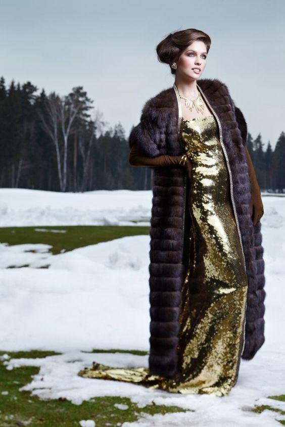 Блестящее платье с меховой накидкой.