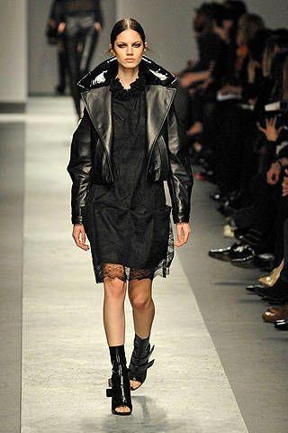 Живанши глэм-рок — кружевное платье и куртка-косуха.