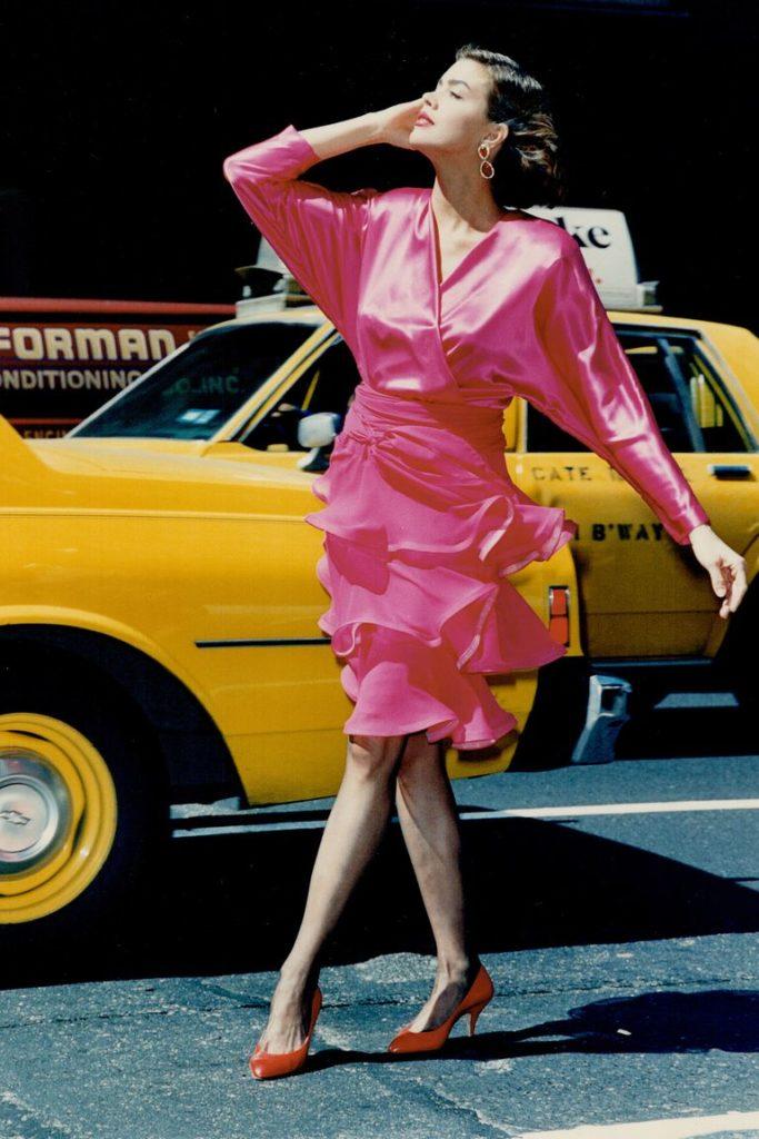 Розовое платье в стиле 80-х.