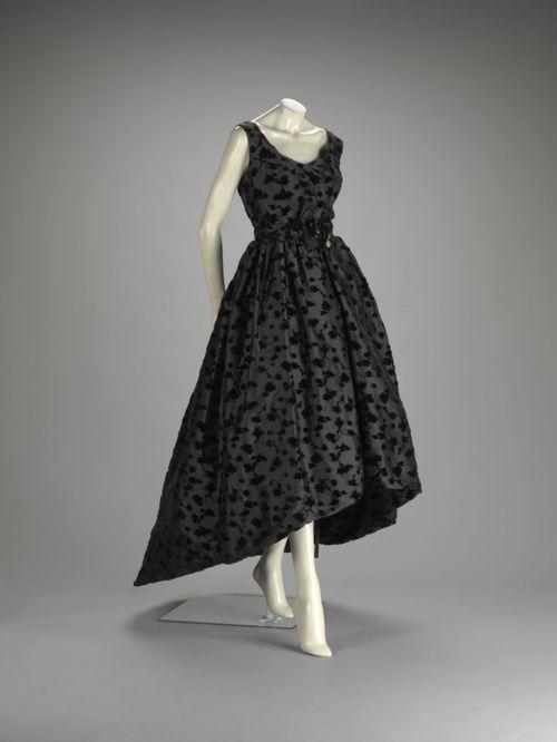 Платье Кристобаля Баленсиаги.