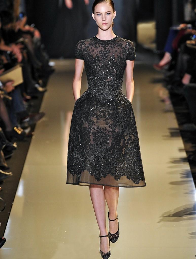Чёрное кружевное вечернее платье.