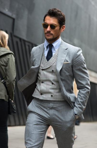 серый костюм