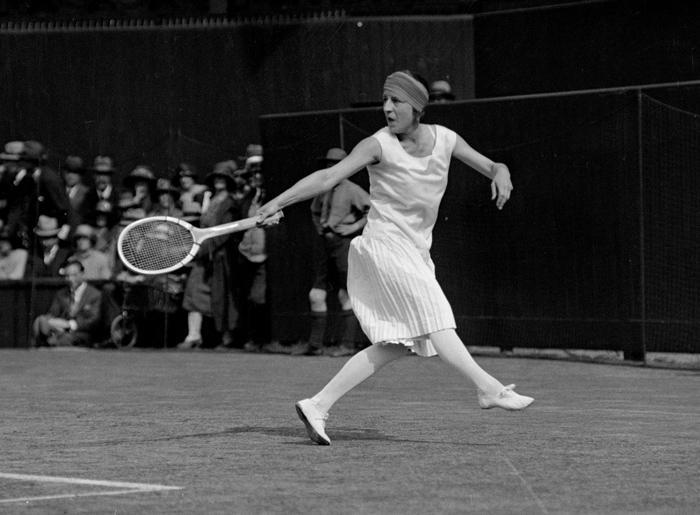 Первая теннисистка в короткой юбке.