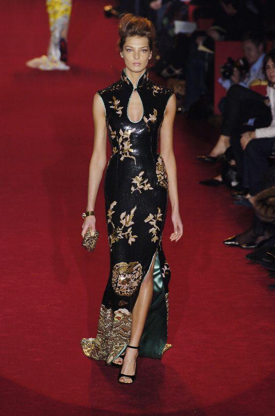 Длинное платье в азиатском стиле.