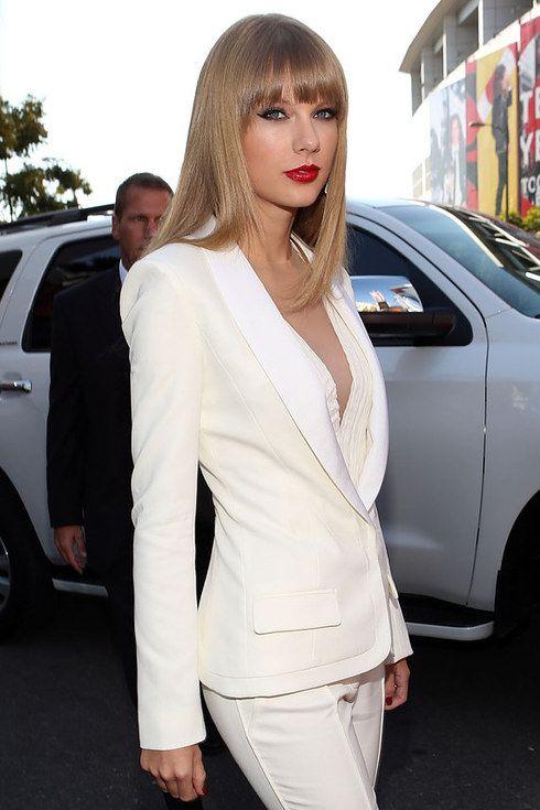 Тейлор Свифт в белом костюме.