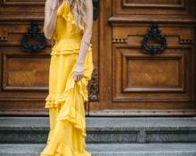 Длинное платье с оборками.