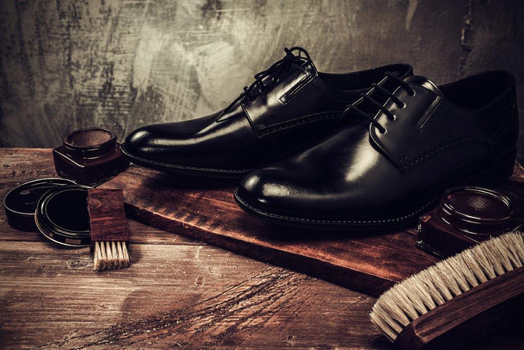 Щётка и крем для чистки обуви.