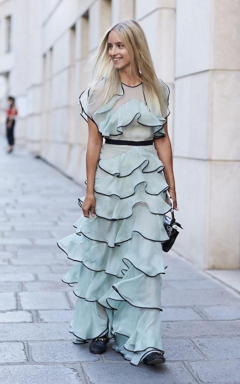 Длинное платье с воланами.